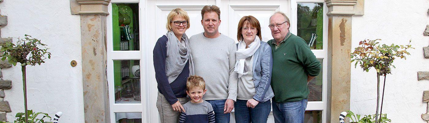 Familie Audick vor ihrem Hofladen in Ibbenbüren
